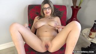 Solo session of Sarah Bella is very exciting, in 4K